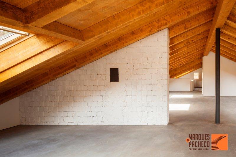 A diferença de ter um teto em madeira em sua casa!